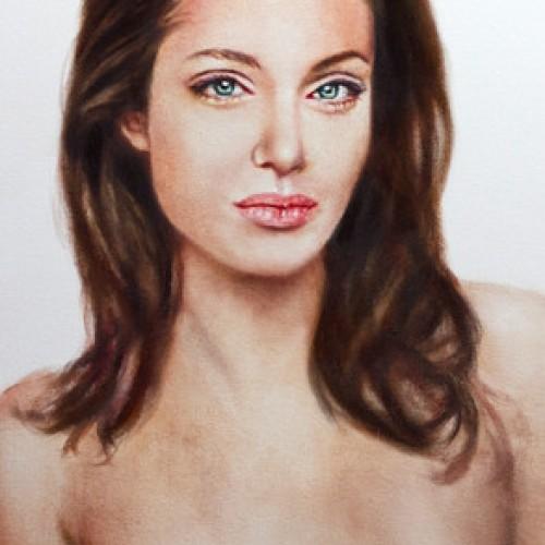 Папараци издебнаха топлес Анджелина Джоли
